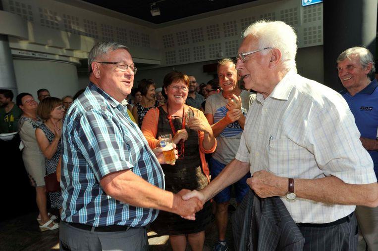 Huidig burgemeester Jos Emmerechts schudt oud-burgemeester Marcel Belgrado de hand. Die laatste neemt volgend jaar nog één keer de handschoen op voor CD&V, tégen de LB+ van Emmerechts.