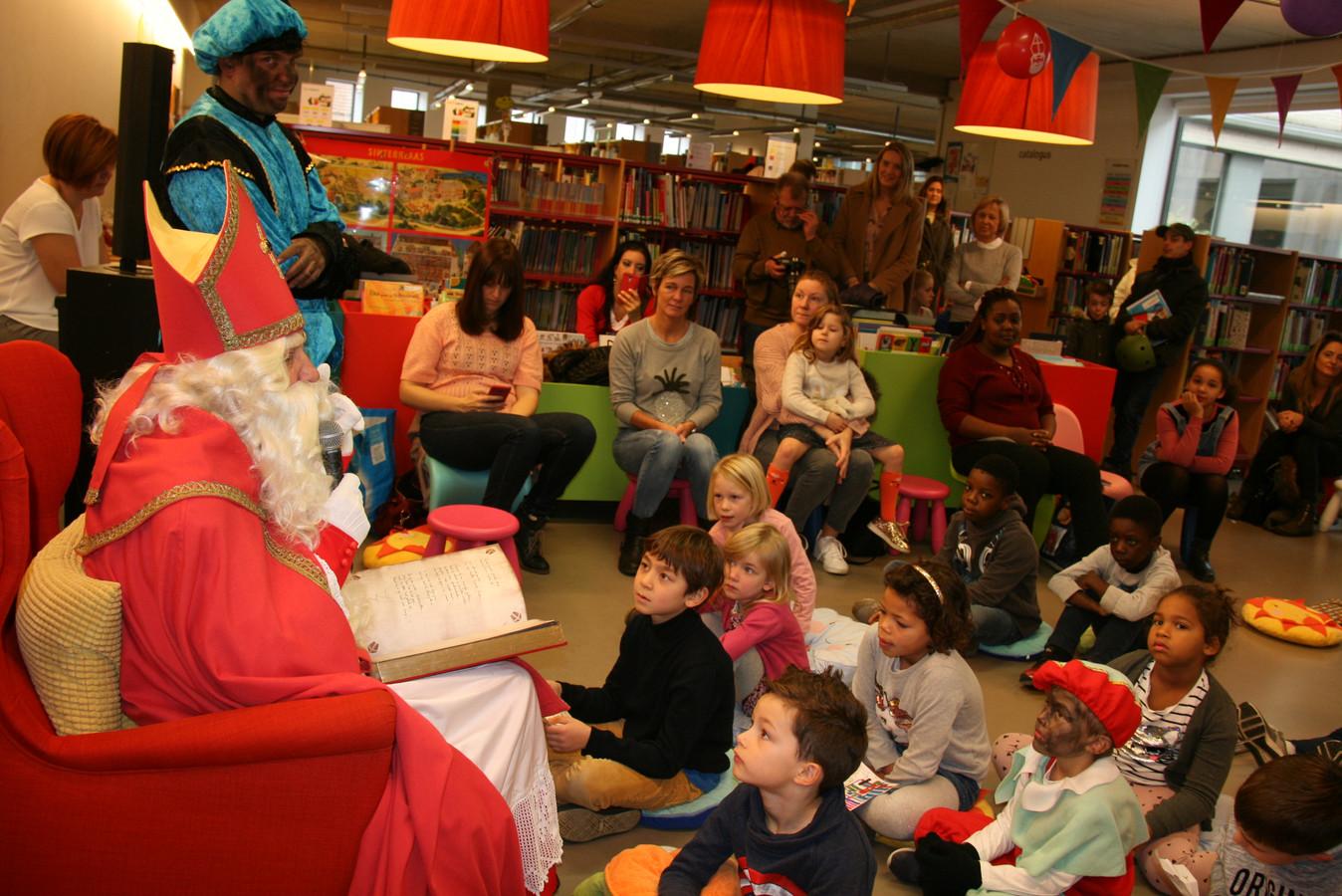 Kinderen luisteren aandachtig naar de voorleesverhalen van de Sint