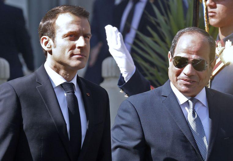 De Franse president Emmanuel Macron (links) en de Egyptische president Abdel Fattah al-Sissi (rechts)