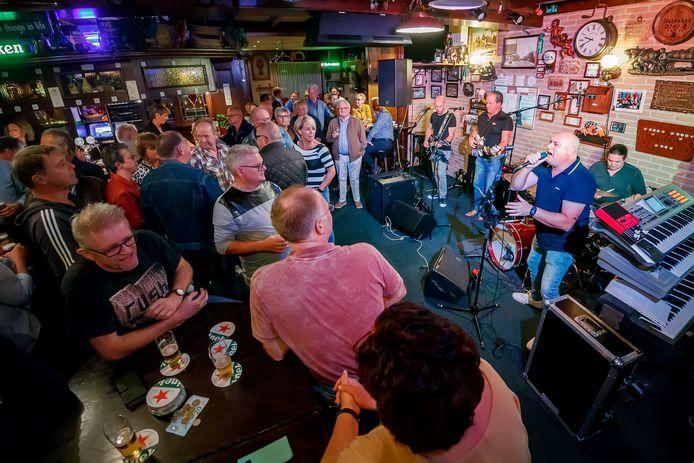 Optreden in cafe Dé Druif van de Mannuh van Gastel tijdens Zevenbergen Live! in 2018.