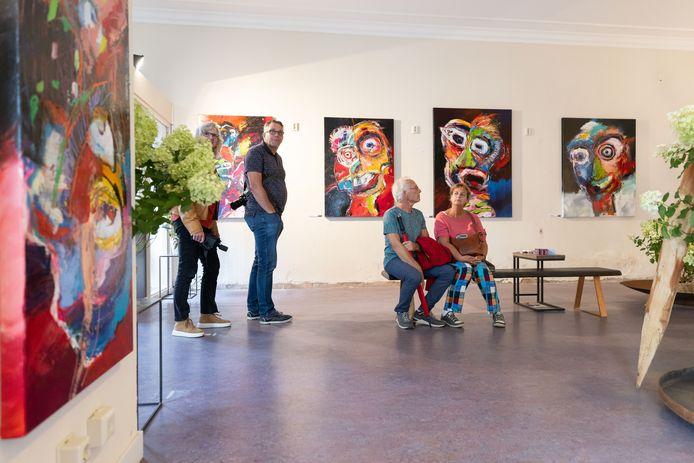 Bezoekers van het Art Festival Heusden bekijken het werk van Ferdy Steger.