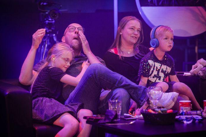 Hans Douma en zijn gezin bij het concert van een ABBA-tributeband.