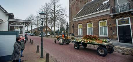 Op platte kar achter zijn oude, vertrouwde tractor wordt Adriaan naar zijn laatste rustplaats gebracht