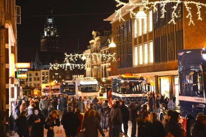 De verlichte truckersoptocht in het centrum van Nijmegen.
