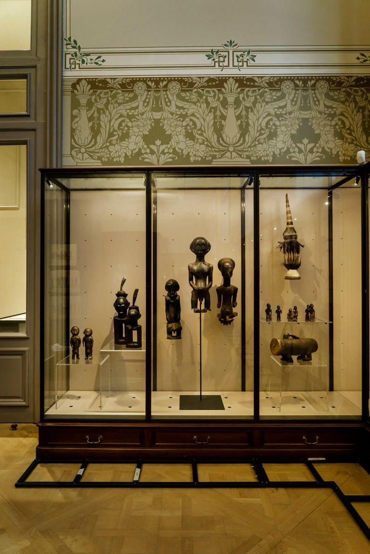 Een duo houten vooroudersbeelden, tweede van links, maakt onderwerp uit van een controverse. Geroofd door een Belgische militair eisen Congolezen ze terug. Beeld Eric de Mildt