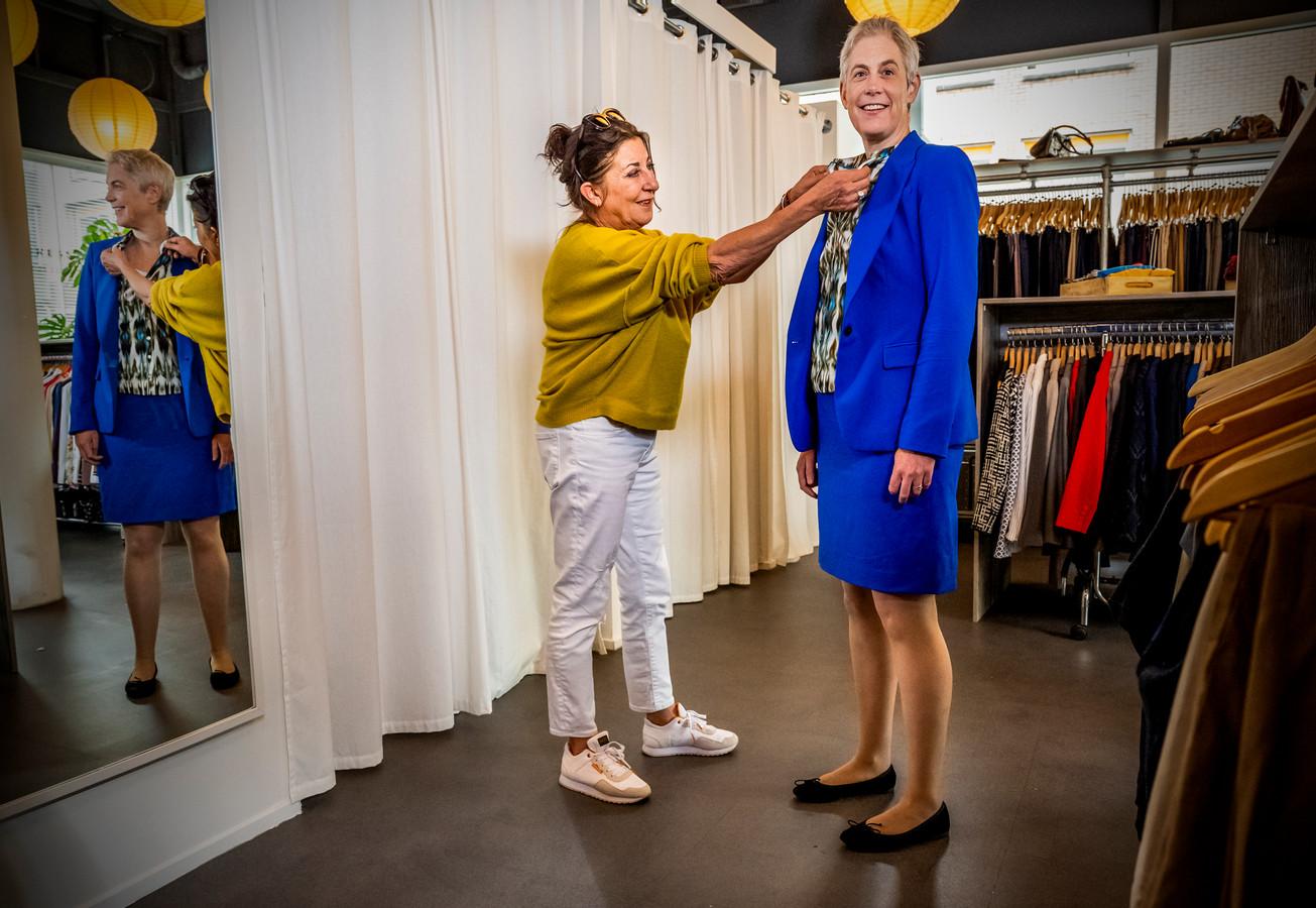 Nettie Immink van Dress for Succes hielp Manon Wilmering de juiste outfit uitzoeken voor haar sollicitatie.