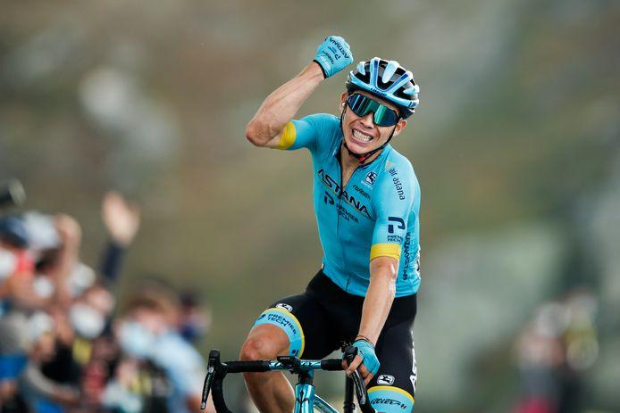 Colombiaan Miguel Angel Lopez juicht nadat hij de etappewinst pakt in de Tour.