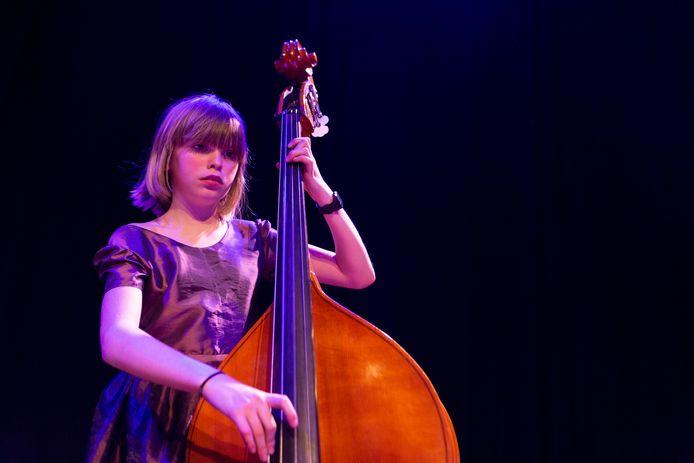 De negenjarige Jala speelt contrabas en geeft een concert met het Koninklijk Conservartorium.