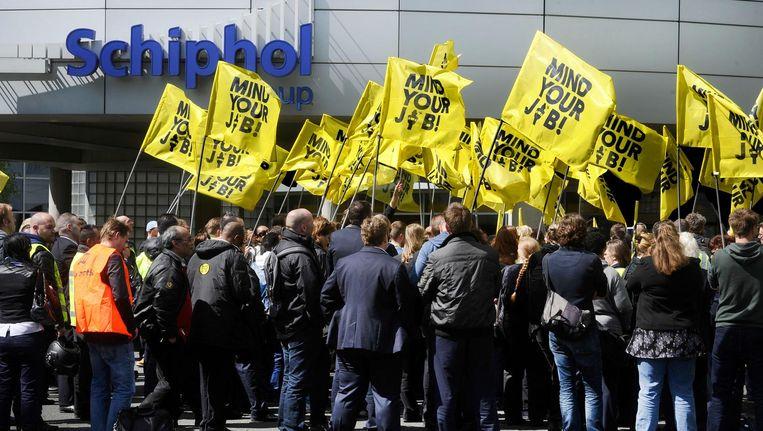 Beveiligers op Schiphol voeren actie. Een groep hield op Schiphol Plaza een protestmars. De actievoerders eisten volledige arbeidscontracten, betere werktijden en meer duidelijkheid over hun werktijden. Beeld anp
