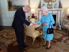 Waarom de handtas van de Britse Queen niet zo onschuldig is als zij lijkt