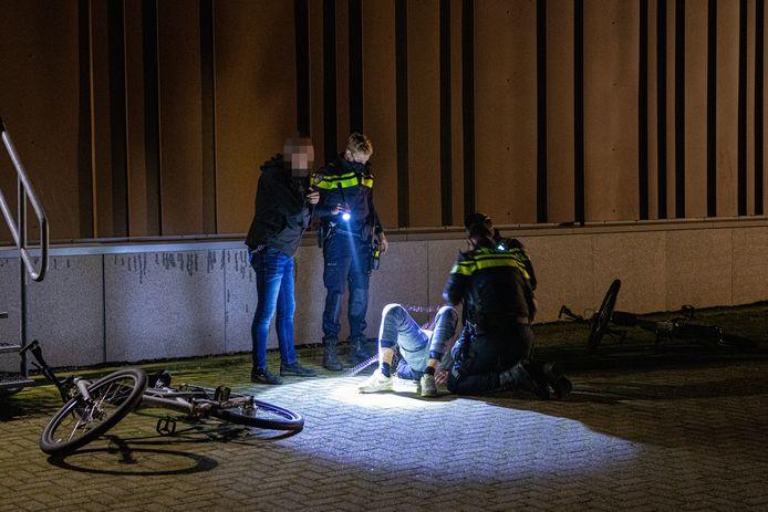 Politieagenten arresteren de man die zij kort daarvoor hebben getaserd omdat hij niet luisterde naar de waarschuwingen.