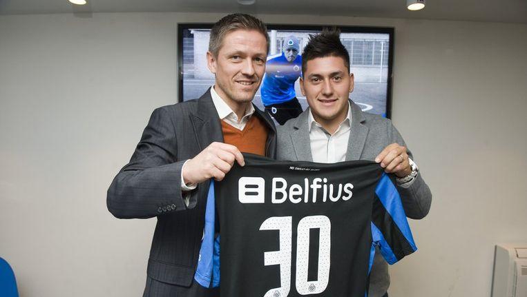 Arnar Gretarsson en Nicolas Castillo poseren met het shirt van de nieuwe aamwinst, die het nummer 30 krijgt bij Club Brugge.