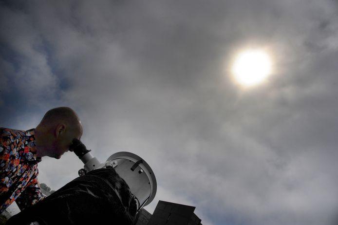 Ben Lap kijkt door zijn telescoop.