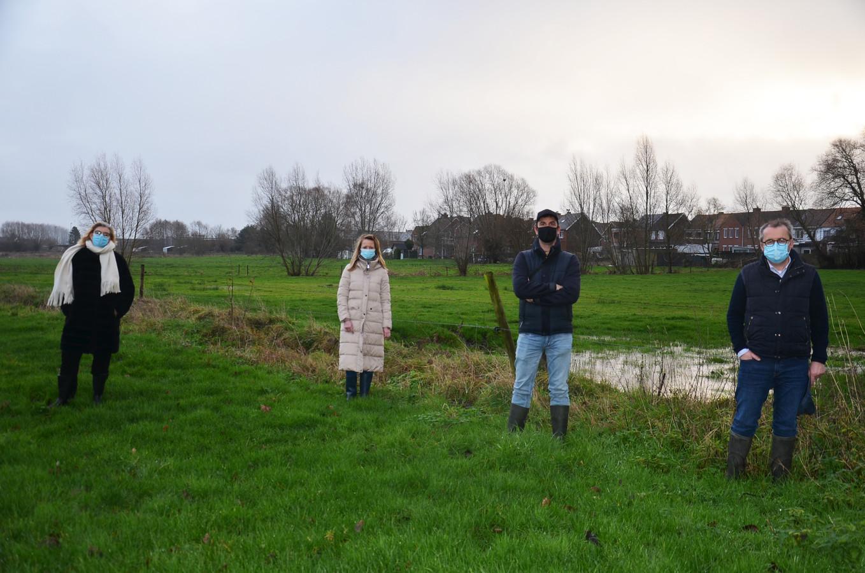 Burgemeester Tania De Jonge, schepen Katie Coppens, schepen Wouter Vande Winkel en schepen Henri Evenepoel in de groene zone, die wordt omgevormd tot landschapspark Burchtdam.