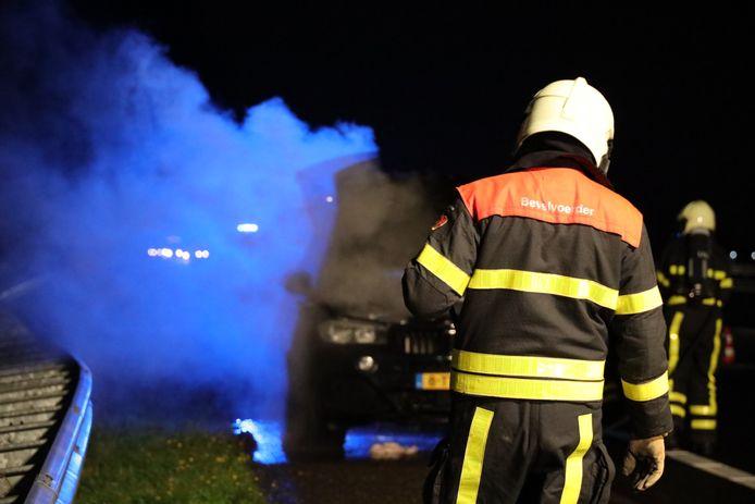 De brandweer bij de autobrand in Waspik.