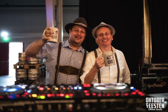 Radiomaker Tom Callebaut (links), op de foto samen met dj Chris Barrow, zal van de Oktoberfestradio weer een waar feest maken.