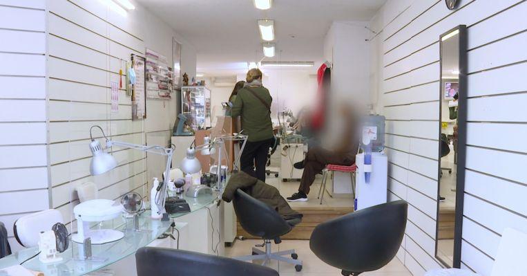 Still uit de video die Inspectie SZW maakte van de inval in de nagelsalon. Beeld Inspectie SZW