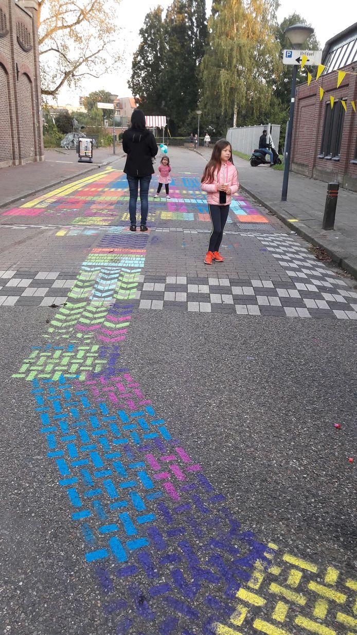 Kleurrijk patroon op de Molenstraat bij de opening van Luuk.