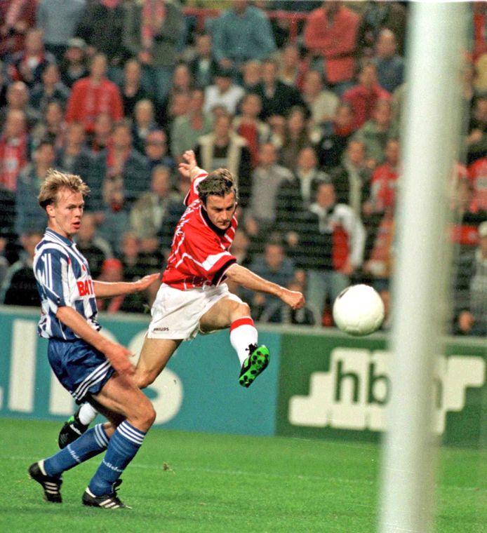 Zeljko Petrovic scoort op 4 oktober 1997 voor PSV tegen SC Heerenveen.