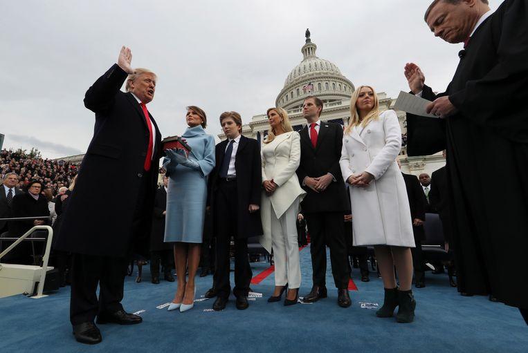 20 januari 2017: Donald Trump legt in Washington zijn ambtseed af in het bijzijn van zijn vrouw Melania, die de bijbel vasthoudt, en zijn kinderen Barron, Ivanka, Eric and Tiffany. Beeld AP