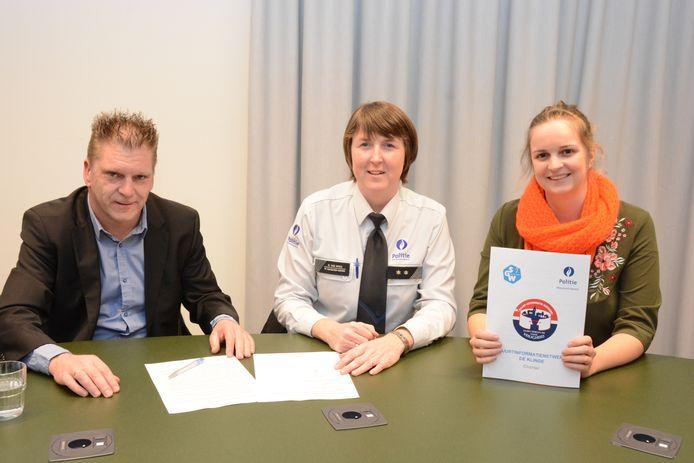 Tony Melis van het BIN De Klinge ondertekende het charter samen met Natasja Van Wiele van de politie en burgemeester Maaike De Rudder.