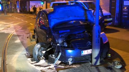 Autodief crasht tegen verkeerslicht