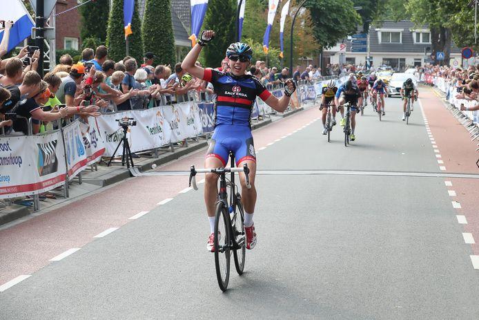 De finish van de Ronde van Twente in de straten van Enter.