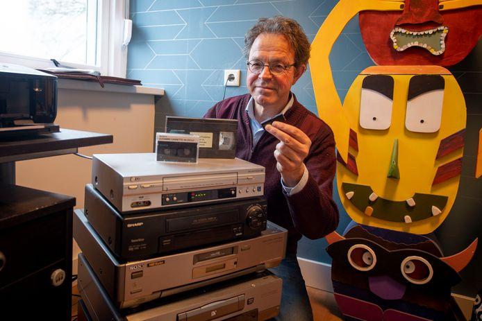 Erik van der Leij in zijn werkkamer, bij de apparatuur waarmee hij oude banden digitaliseert.