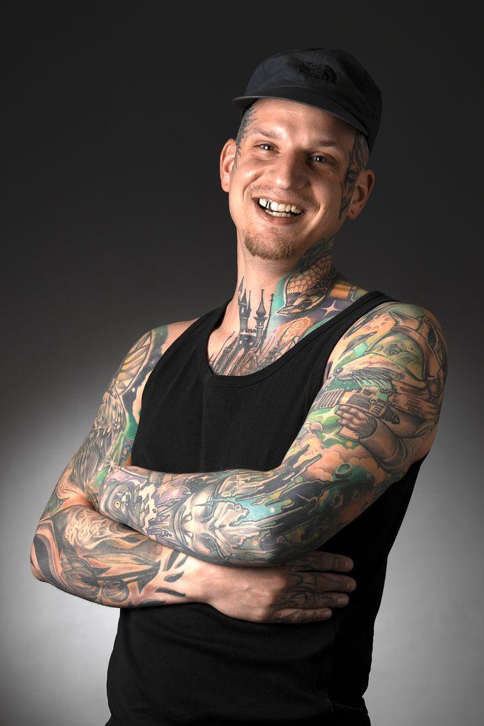 """Chris Oosterloo.  ,,Ik ben erg druk, mijn aandacht schiet alle kanten op, maar niet als ik tatoeëer."""""""