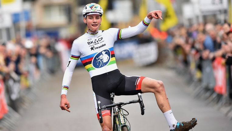 Ruim 15 jaar na het bekende gebaar van Johan Museeuw in Parijs-Roubaix imiteert Mathieu van der Poel in Overijse de 'Leeuw van Vlaanderen'. Beeld BELGA