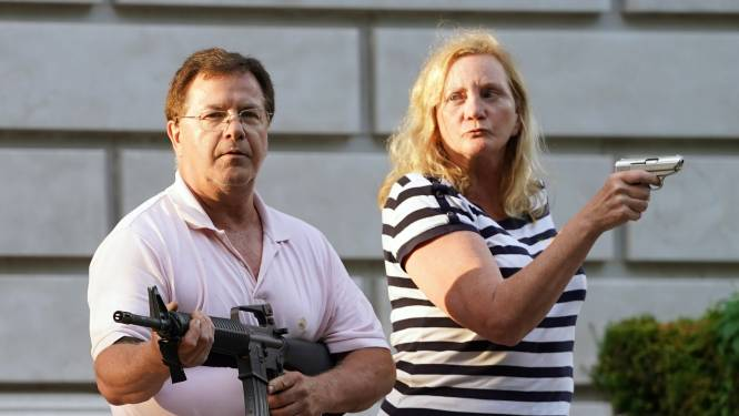 Amerikaans advocatenkoppel dat wapens richtte op BLM-betogers riskeert beroepslicentie te verliezen