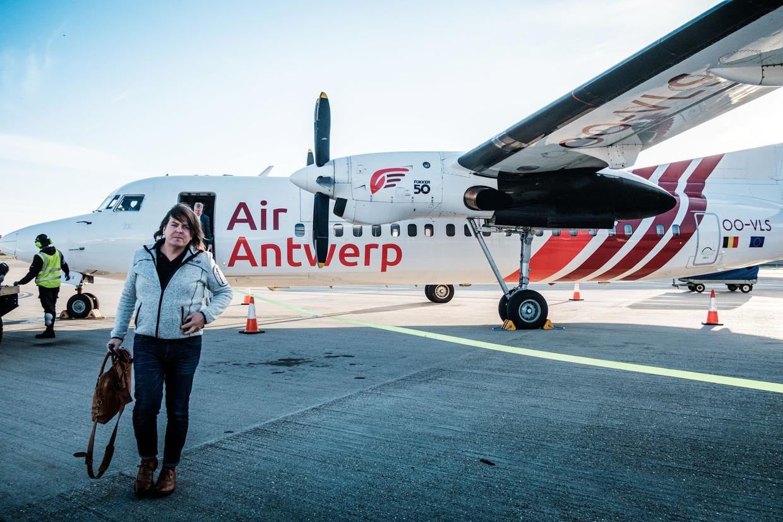 Op de luchthaven van London City verlaten passagiers het enige vliegtuig van Air Antwerp, een 29 jaar oude Fokker 50. Beeld Bob Van Mol