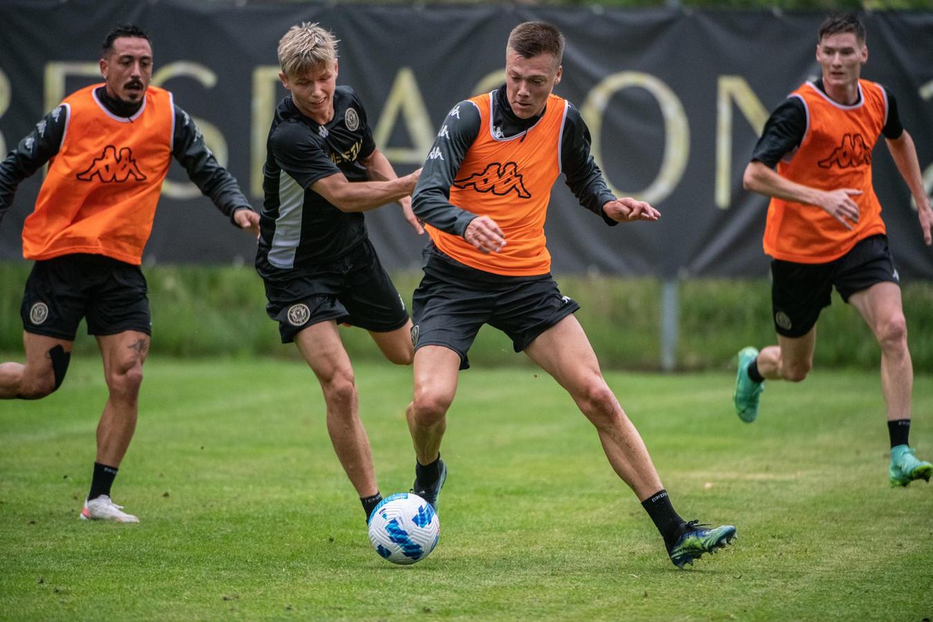 Daan Heymans, met oranje hesje, aan het werk tijdens de stage bij Serie A-promovendus Venezia FC.