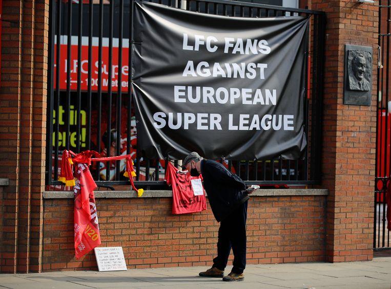 Supporters van Liverpool hebben met een doek tegen stadion Anfield Road laten weten wat ze van het plan van hun club vinden om in de Super League te gaan spelen.  Beeld REUTERS