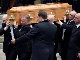 """""""Waarom moet een vrouw eerst sterven om politici te kunnen verzoenen?"""": priester krijgt staande ovatie tijdens begrafenis journaliste"""
