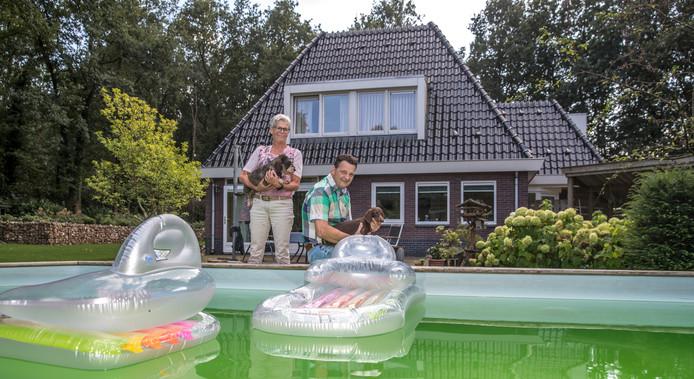 Het echtpaar bij het zwembad achter hun huis: ,,Dit is een vak waarmee je 7 dagen per week bezig bent''. Foto: Frans Paalman