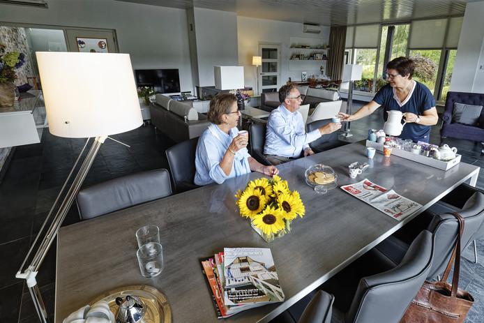 Odette van Waes schenkt Willemien Mommersteeg en Ton Huisman koffie in in de huiskamer van Hospice Parunashia.