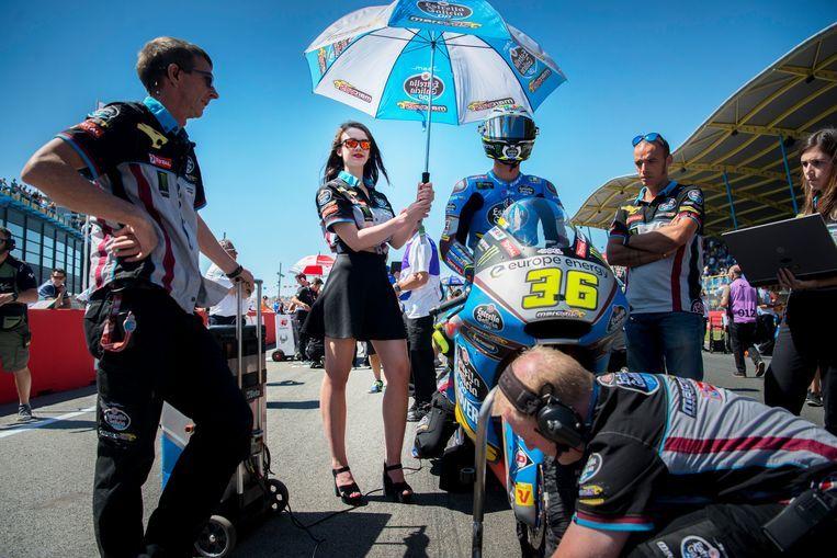 1 juli 2018, Dutch TT Assen. Vanwege #MeToo zijn het beroep van pitspoes en grid girl ter discussie komen te staan. Beeld Beeld Hollandse Hoogte / Corné Sparidaens