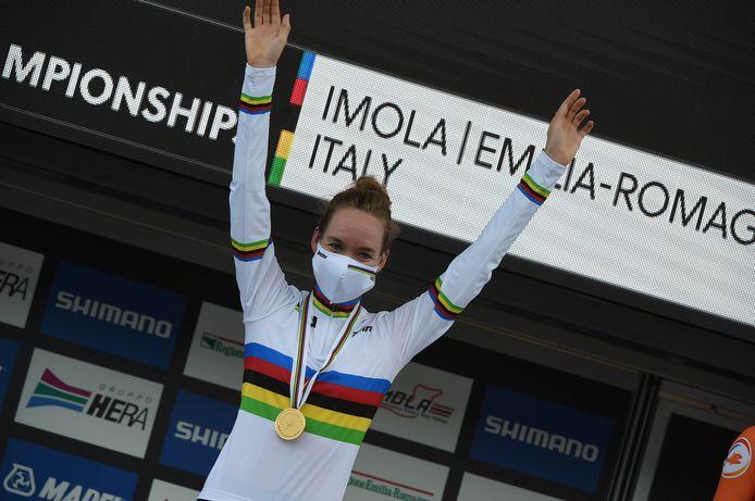 Van der Breggen in de regenboogtrui, met de gouden medaille om haar nek.