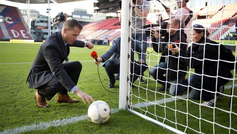 Scheidsrechter Makkelie test het hawkeye-systeem in het stadion van FC Utrecht. Beeld ANP