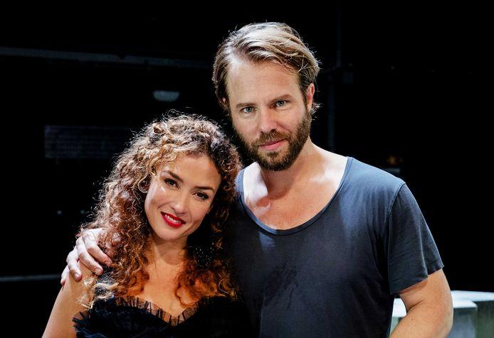 Thijs Romer en Katja Schuurman tijdens de premiere van de theatervoorstelling Blind Date in het DeLaMar Theater.