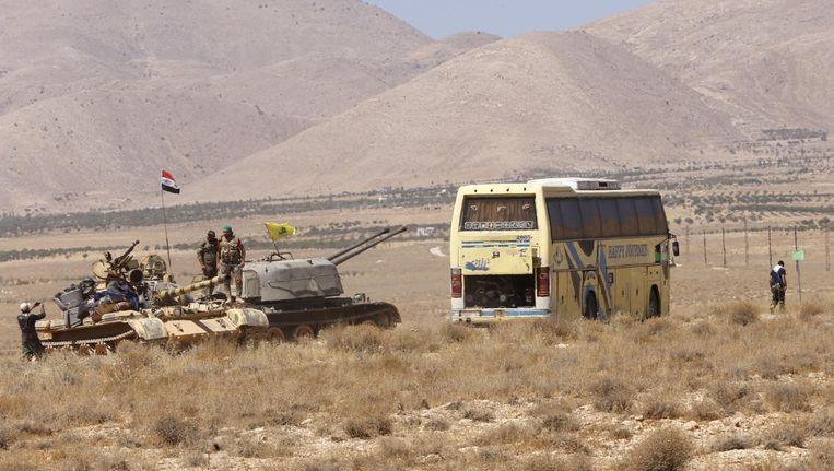 Een bus uit het konvooi op weg naar Syrië eerder deze week Beeld afp