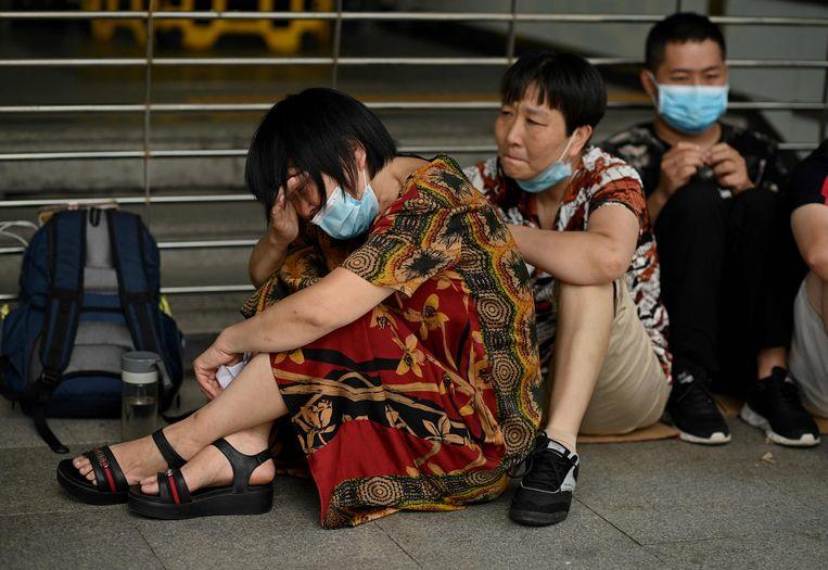La gente se reunió esta semana en la sede de Evergrande en Shenzhen, China, para protestar contra los negocios del conglomerado.  Imagen AFP