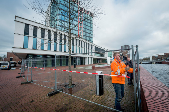 Medewerkers plaatsen hekken rondom het stadhuis in Almelo.