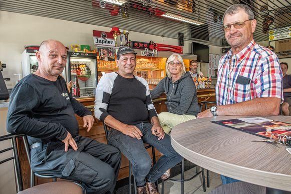 Geert Verheye (rechts) met vrienden Stefaan, Marleen en Marnix zijn niet verbaasd dat het Belang het zo goed doet in Oostrozebeke.