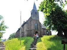 Het oude kerkje op de heuvel in Heelsum blijft behouden voor rouw en trouw