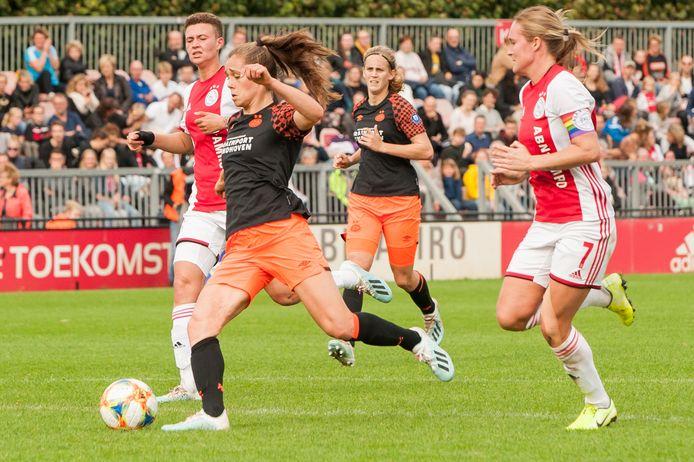 Kay-Lee De Sanders van Ajax, Joelle Smits van PSV en Desiree van Lunteren van Ajax.
