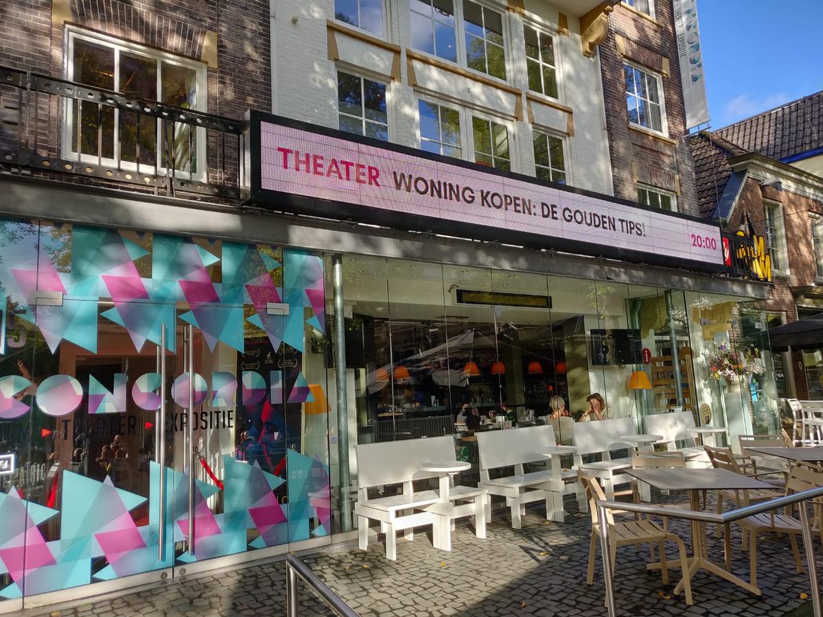 Korné Pot en Pascal Bleumink stonden donderdagavond op de planken in het Concordiatheater in Enschede met hun voorstelling 'Woning kopen? De gouden tips'.