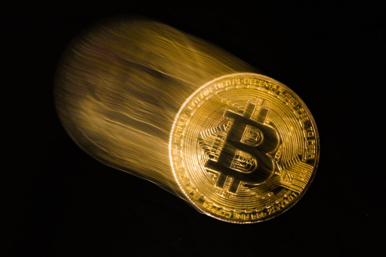 Bitcoin bestaat alleen digitaal, maar wordt vaak verbeeld als fysieke munt.