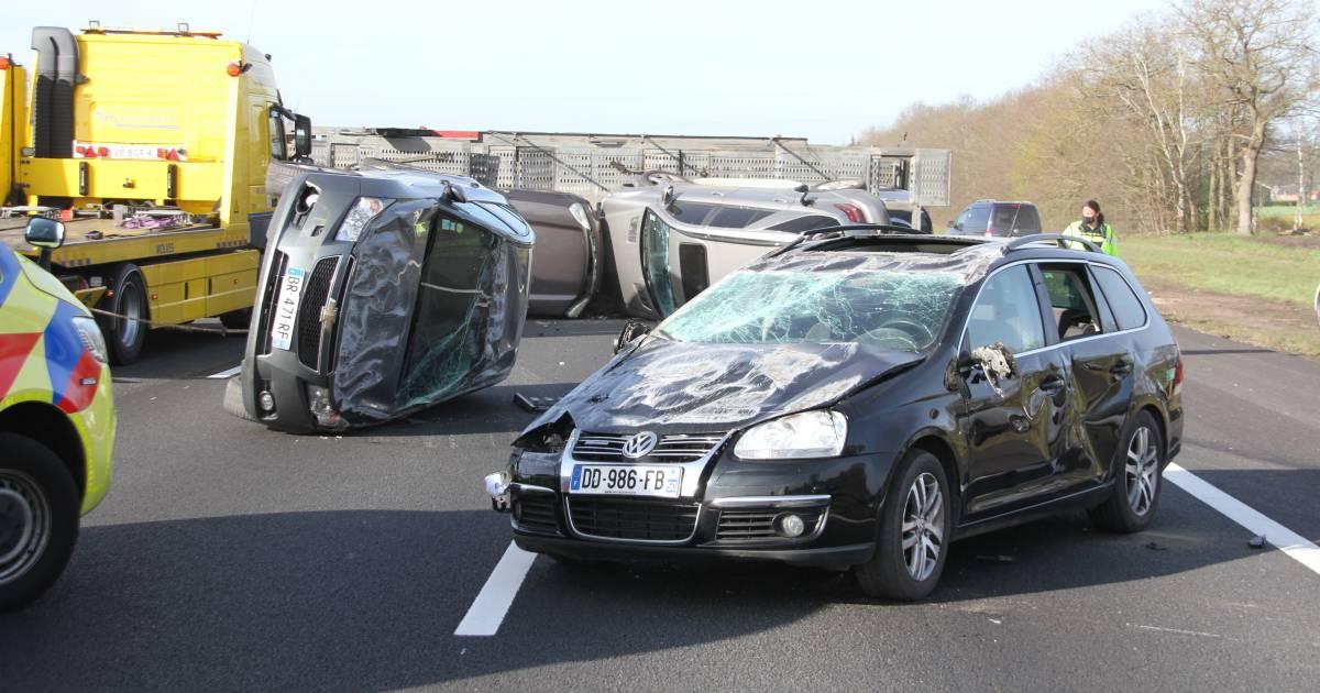Vrachtwagen verliest lading autos op A1 bij ongeluk, snelweg afgesloten.